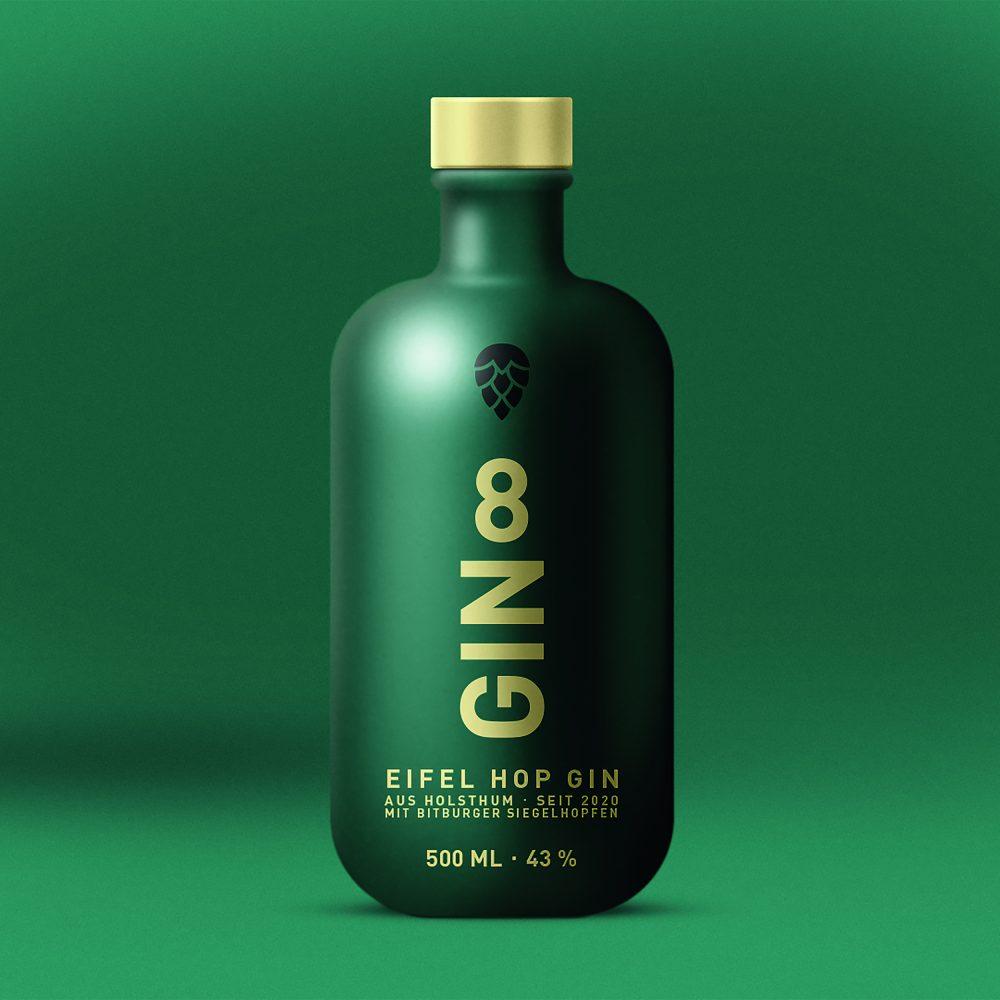 Gin 8 Flasche mit grünem Hintergrund